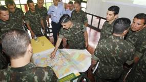 Três mil militares reforçam o combate ao mosquito e participam dos trabalhos de conscientização da população. (Foto: Antônio More/Gazeta do Povo).